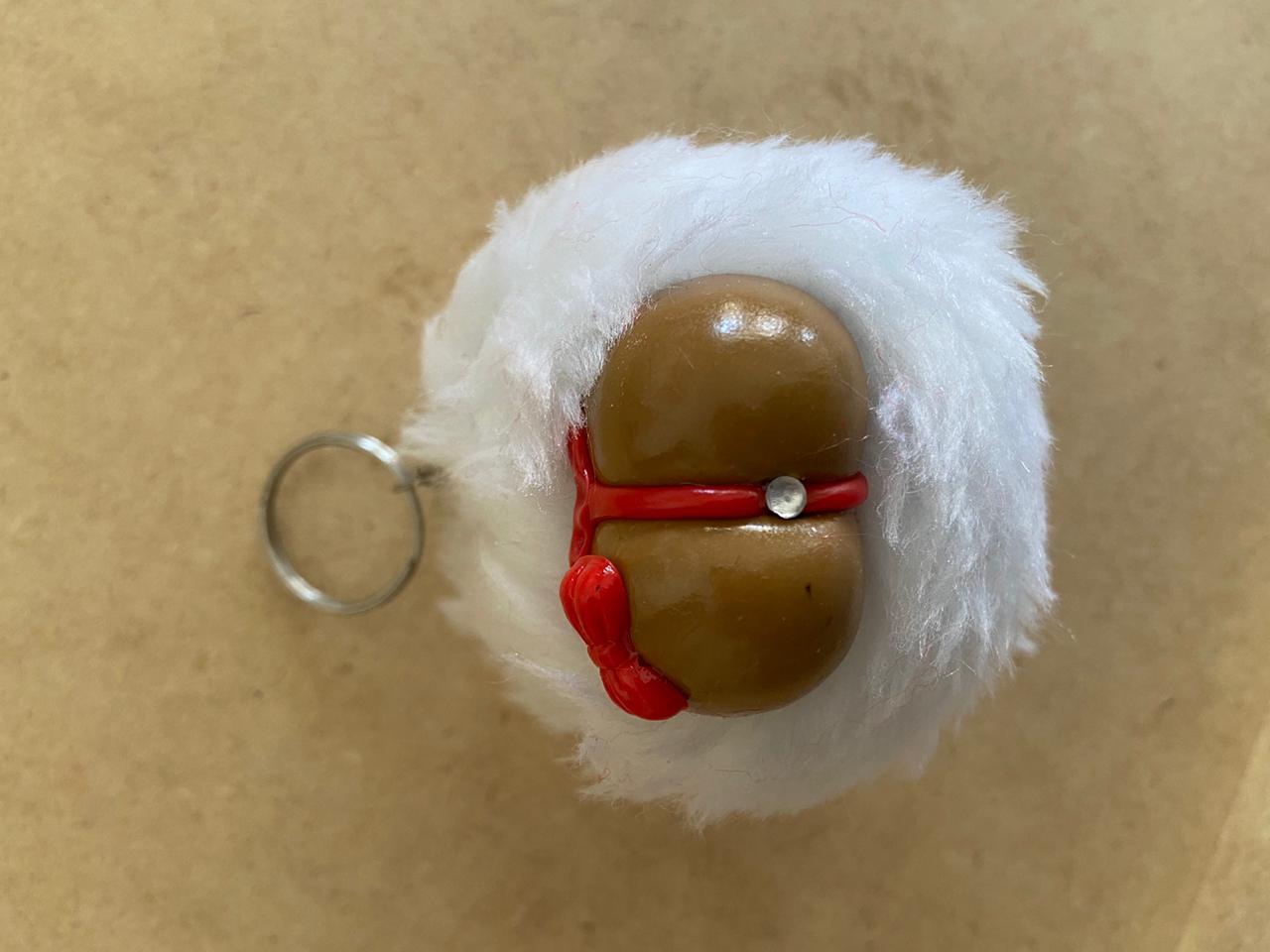 Chaveiro Pompom Mini Bundinha Com Plug Joia Drica Biscuit